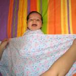Пеленание ребенка – нужно ли и как это делается?