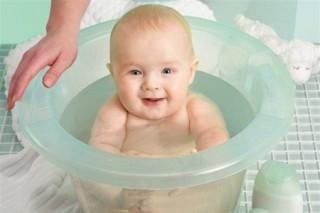 Удобнее всего купать ребенка вдвоем
