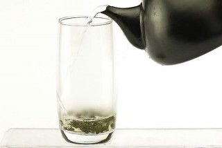 Из свежей травы фенхеля. 3 гр. травы измельчают и настаивают в стакане кипятка