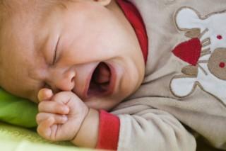 Если малыш плачет во время кормления, то это, естественно, не на шутку напугает маму