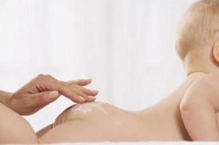 Регулярно, ежедневно купаем ребенка в детской ванночке с температурой воды 36-37 градусов