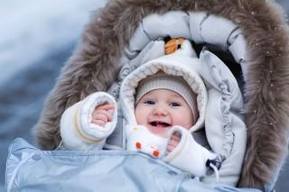 Прогулки в холодное время года – причина наибольших волнений и споров новоиспеченных родителей