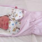 Пеленание новорожденного – так ли оно необходимо?