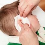 Если болит ухо у ребенка что делать маме? Как помочь малышу?
