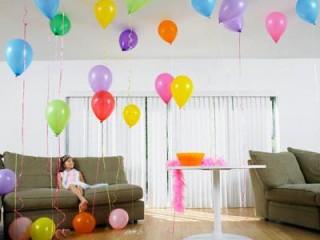 Если хотите создать непринужденную обстановку, украсьте комнату разноцветными шарами
