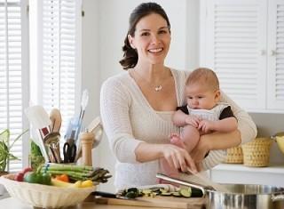 В первый месяц кормящая женщина должна внимательно следить за своим питанием и употреблять только безопасные продукты