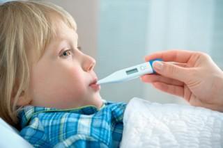 Довольно часто у детей поднимается температура в тот момент, когда прорезываются первые молочные зубы