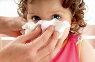 Когда идет кровь из носа, нельзя ни сморкаться, ни ложиться, и ни в коем случае нельзя запрокидывать голову назад