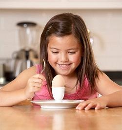 Детям не рекомендуют давать яйца очень часто сырые или сваренные всмятку
