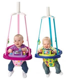 Поставив малыша в прыгунки, родители дают ему возможность рассмотреть окружающий мир, познакомиться с другими предметами, которые он из положения лежа не может увидеть
