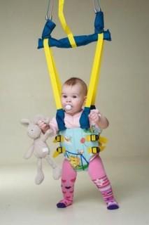 Если у ребенка имеются какие-то неврологические проблемы, которые были связаны с затяжным родовым периодом, родовыми травмами или другими причинами использование прыгунков запрещается