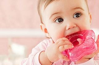 Бутылочки и соски тоже могут помочь малышу более спокойно пережить период появления первых зубок