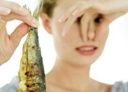 Одни из симптомов заболевания является неприятный рыбный запах выделений, причем запах сгнившей рыбы