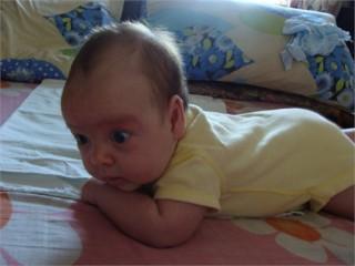 Обычно дети овладевают способностью переворачиватья в возрасте трёх - четырёх месяцев
