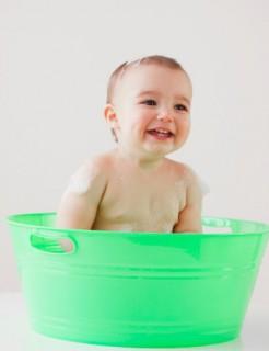 Важную роль играет правильность ухода за кожей. Купайте малыша в отваре из трав
