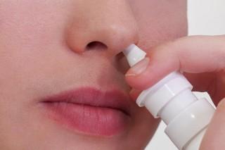 Во время сезонного скачка простудных заболеваний беременным рекомендуется также применять капли или спрей в качестве профилактических мероприятий
