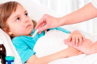 При резком, высоком подъеме температуры, кашле, жалобами на затрудненность дыхания следует немедленно вызывать скорую помощь