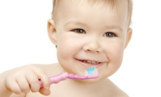 Правильно чистить зубы необходимо с младенческого возраста
