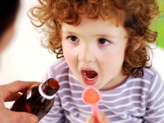 Сироп Лазолван не стоит принимать вместе с препаратами, которые проявляют противокашлевое действие, так как это может стать причиной затруднения отхождения мокроты из легких