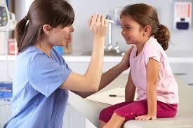 Самодеятельность при воспалении слизистой глаза проявлять нельзя, малыша должен осмотреть офтальмолог
