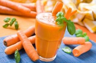 Для хорошего усвоения железа в организме полезно употреблять свежевыжатые соки моркови, свеклы и редьки