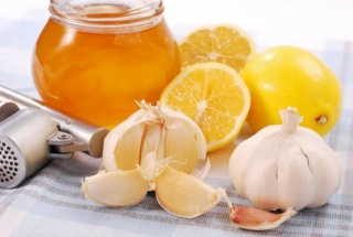 Для лечения ангины рекомендуется применять полоскания чесночным раствором и употребление меда с лимоном