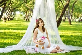 Идеи для фотосессии беременных в студии, дома и на природе: http://mamyideti.com/idei-dlya-fotosessii-beremennyh-v-studii-doma-i-na-prirode.html