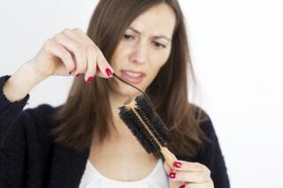 Из за чего выпадают и ломаются волосы