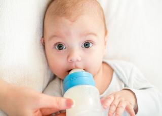 Одна из причин появления икоты - попадание воздуха в организм при кормлении ребенка