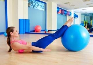 Занятия на фитболе укрепят мышцы и подготовят женщину к родам