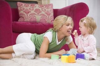 Потешки представляют собой универсальный инструмент, который используется для общения мамы и ее новорожденного малыша
