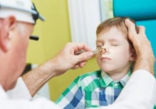 Воспаление аденоидов определяет лор-врач при обследовании пациента
