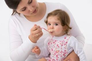 Доктор Комаровский рекомендует соблюдать определенные правила перехода на твердую пищу