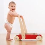 В каком возрасте дети начинают ходить и как ускорить этот процесс?