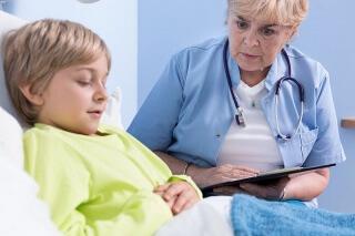 При болях в области пупка следует обратиться к врачу