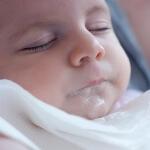 Ребенок срыгивает водой: почему возникает такое явление
