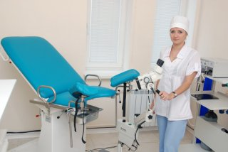 Осмотр гинеколог проводит на специальном кресле