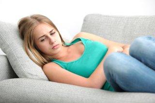 Болевые ощущения внизу живота - один из симптомов недуга