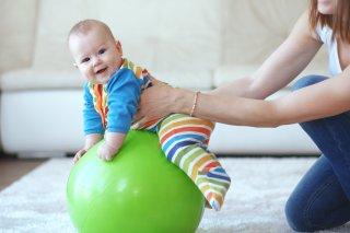Занятие с малышом на фитболе
