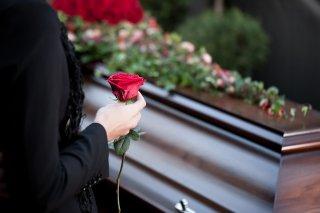 беременная у гроба