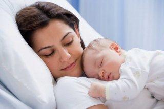 новорожденного легче уложить рядом с мамой
