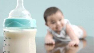 Как правильно кормить ребенка из бутылочки