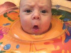Плюсы и минусы купания малыша с кругом на шее
