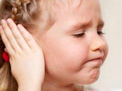 Кровь из уха у ребенка: возможные причины и заболевания