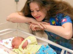 Как ухаживать за новорожденным в роддоме и первые недели после рождения