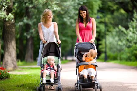Первые прогулки новорожденного: робкие, но знаменательные шаги