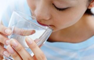 Полоскание горла содой детям можно проводить только в том возрасте, когда ребенок может делать это самостоятельно