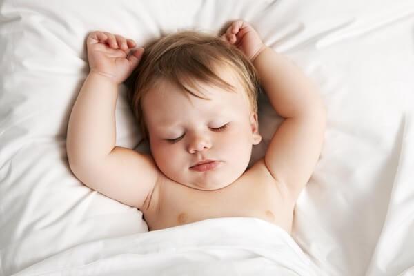 Ребенок потеет во время сна: причины, возможное лечение