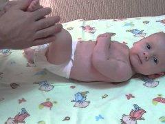 Правильное развитие месячного ребенка, что должен уметь грудничок и во что с ним нужно играть