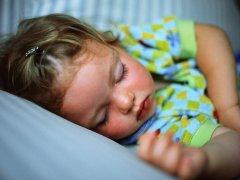 Дети излишне потеют во сне — причины, последствия, лечение